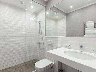 Trudny wybór w małej łazience – wanna czy prysznic?